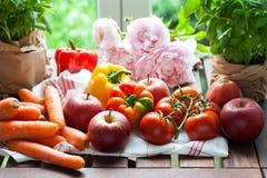 新鲜水果、菜和花 库存图片