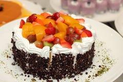新鲜水果与奶油的果馅饼蛋糕 免版税库存照片