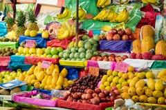新鲜水果五颜六色的显示在市场摊位的 免版税库存图片