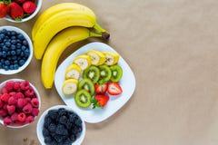 新鲜水果和成熟莓果的开胃构成 库存图片
