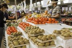 新鲜水果和新鲜蔬菜从农场指挥 免版税库存照片