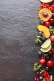 新鲜水果和草本边界  免版税库存照片