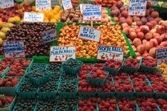 新鲜水果和莓果在水果摊在市场上 库存照片