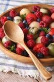 新鲜水果和莓果沙拉在一个木碗特写镜头 Vert 免版税库存照片