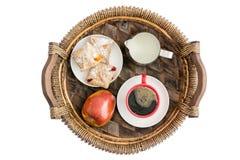 新鲜水果和酥皮点心早餐 免版税库存照片