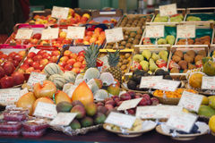 新鲜水果在市场上 库存图片