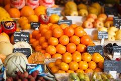 新鲜水果在市场上 免版税图库摄影