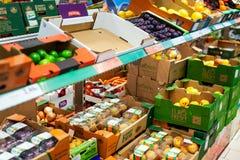 新鲜水果在超级市场 免版税库存照片