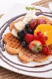 新鲜水果奶蛋烘饼 免版税库存图片