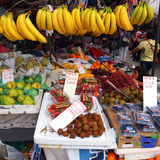 新鲜水果待售在中国街市上 库存图片