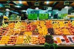 新鲜水果待售在巴塞罗那市上圣卡塔琳娜州市场  免版税图库摄影