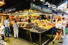 新鲜水果待售在巴塞罗那市场上 免版税库存照片