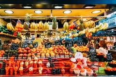 新鲜水果待售在巴塞罗那市场上 库存照片