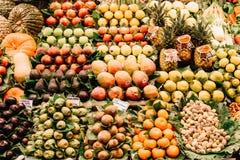 新鲜水果待售在巴塞罗那市场上 库存图片