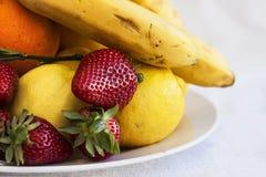 新鲜水果用桔子、stamwerrys和香蕉 库存照片