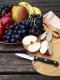 新鲜水果用苹果和葡萄 免版税库存照片