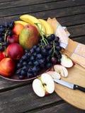 新鲜水果用苹果和葡萄 免版税库存图片