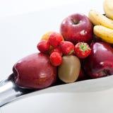 新鲜水果的安排在一个现代碗的 免版税库存图片