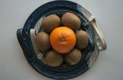 新鲜水果的构成在一个装饰陶瓷盛肉盘的 免版税库存照片