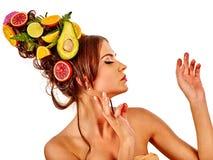 从新鲜水果的头发面具在妇女头和春天开花 库存图片
