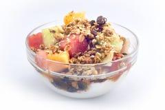 新鲜水果碗冠上与格兰诺拉麦片 库存图片