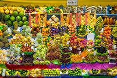 新鲜水果立场在市政市场上在圣保罗,巴西 免版税库存照片