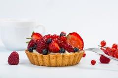 新鲜水果馅饼用在白色背景和咖啡隔绝的莓果 库存图片