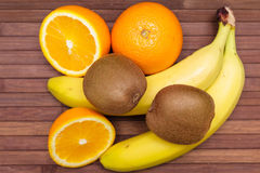 新鲜水果香蕉,猕猴桃,在木背景隔绝的桔子 健康的食物 新鲜水果混合 小组柑橘水果 免版税库存照片