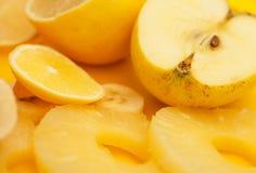 新鲜水果:香蕉、苹果、菠萝和柠檬 库存照片