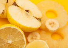 新鲜水果:香蕉、苹果、菠萝和柠檬 库存图片