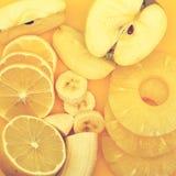 新鲜水果:香蕉、苹果、菠萝和柠檬 免版税图库摄影