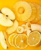 新鲜水果:香蕉、苹果、菠萝和柠檬 免版税库存照片