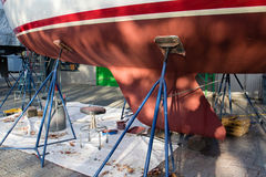 新鲜layar在小船底部的油漆 小船整修 免版税库存图片