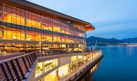 新,现代温哥华会议中心在黎明 库存照片