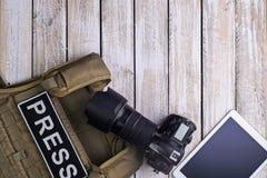 新闻、照相机和片剂个人计算机的防弹背心 库存照片