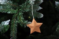 新年与一棵人为圣诞树的圣诞节背景 免版税库存图片