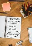 新年与办公用品的决议目标在木桌上 免版税库存图片