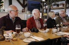新闻午餐的旅客新闻工作者 库存图片