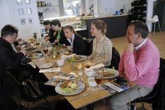 新闻午餐的旅客新闻工作者 免版税库存照片