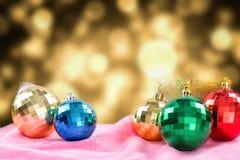新年卡片礼物在金黄模糊的背景设置了 免版税库存图片