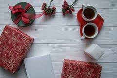 新年和与两个茶杯的情人节集合在一块heartsaped板材 免版税图库摄影