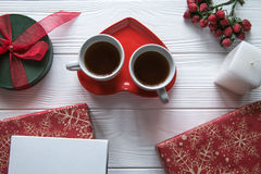新年和与两个茶杯的情人节集合在一块heartsaped板材 免版税库存图片