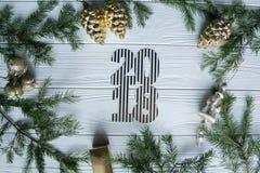 新年和冬天在与杉树的白色木背景设置了 库存照片