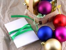 新年和圣诞节庆祝、球和卡片 免版税库存照片