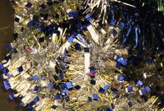 新年和圣诞节装饰戏弄圣诞树,公寓 免版税库存照片