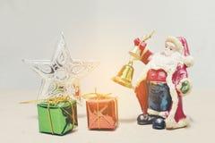 新年和圣诞节deco圣诞节礼物盒和圣诞老人 库存图片