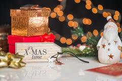新年和圣诞节deco,写它的xmas时间在木书桌 免版税库存照片