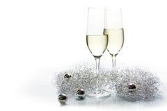 新年和银装饰的两块长笛香槟玻璃 免版税库存照片