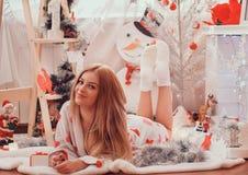 新年图片,样式在海军年,圣诞节照片,女孩,女孩,时装模特儿,新年的一张美丽的女孩画象, 免版税库存图片