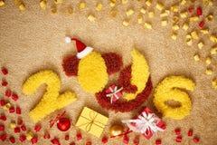 新年2016年 圣诞节 滑稽的猴子用香蕉,装饰 免版税库存照片